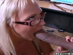 amatør milf hvit mamma blonde store pupper handjob blowjob barmfager tatovering